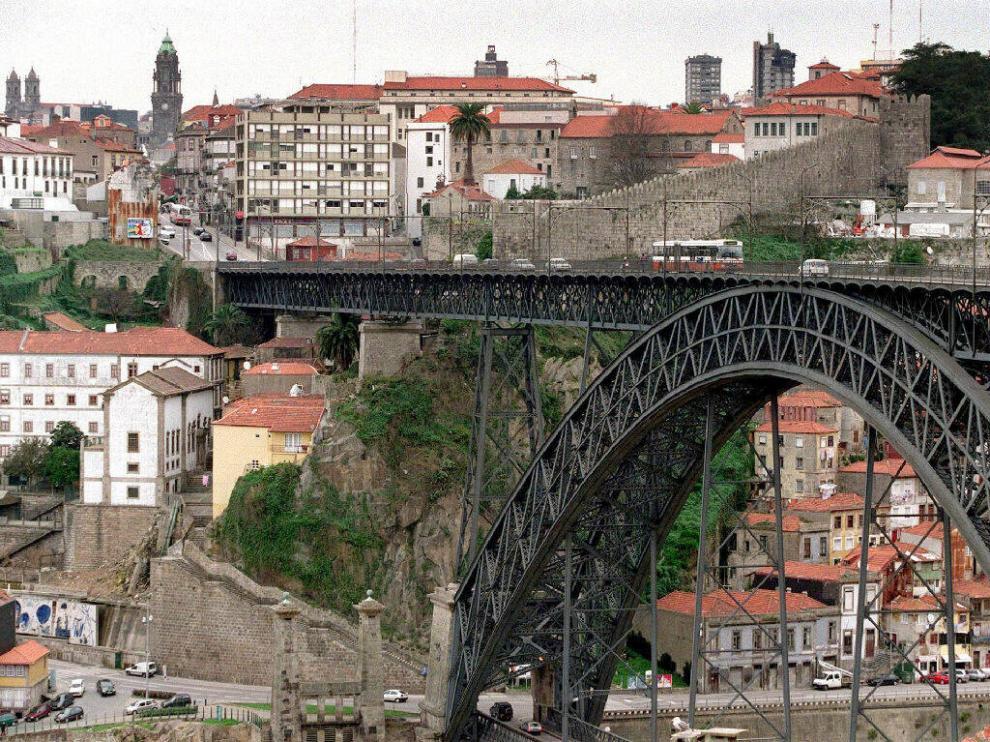 Una vista de Oporto, con el puente de Don Luis y la muralla medieval.