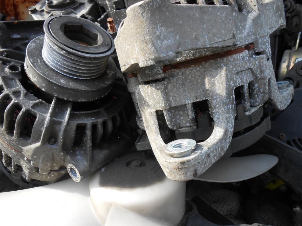 Un alternador de un vehículo viejo en un depósito.