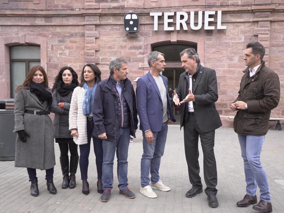 Toni Cantó, con candidatos y dirigentes de Cs delante de la estación de tren de Teruel.