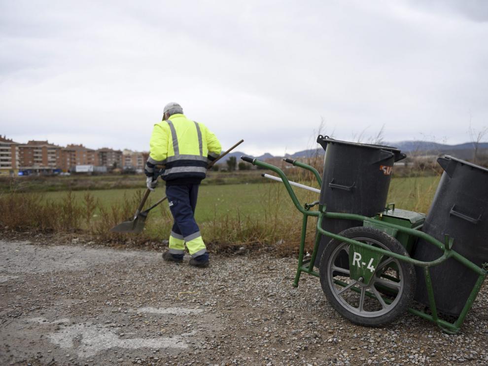 Un trabajador del servicio de limpieza viaria de Huesca