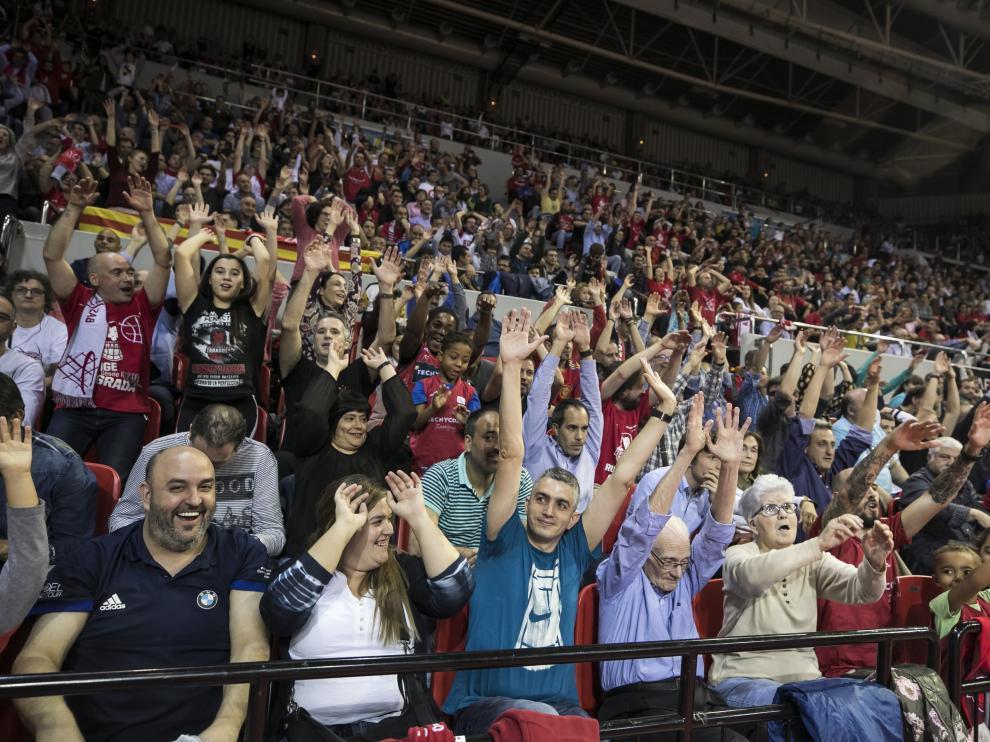 Los aficionados del Casademont Zaragoza, en el partido ante el Barcelona.