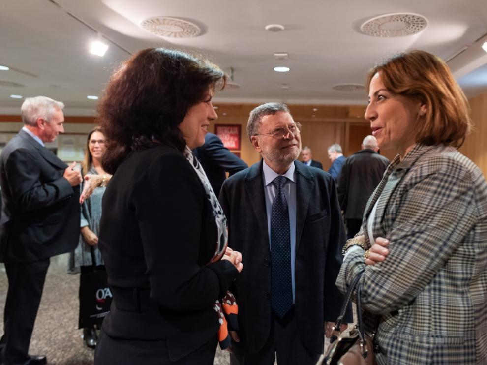 María Teresa Gómez Latorre, presidenta del Colegio; José Luño, presidente honorífico del Colegio y Natalia Chueca, consejera de Movilidad del Ayto Zaragoza.