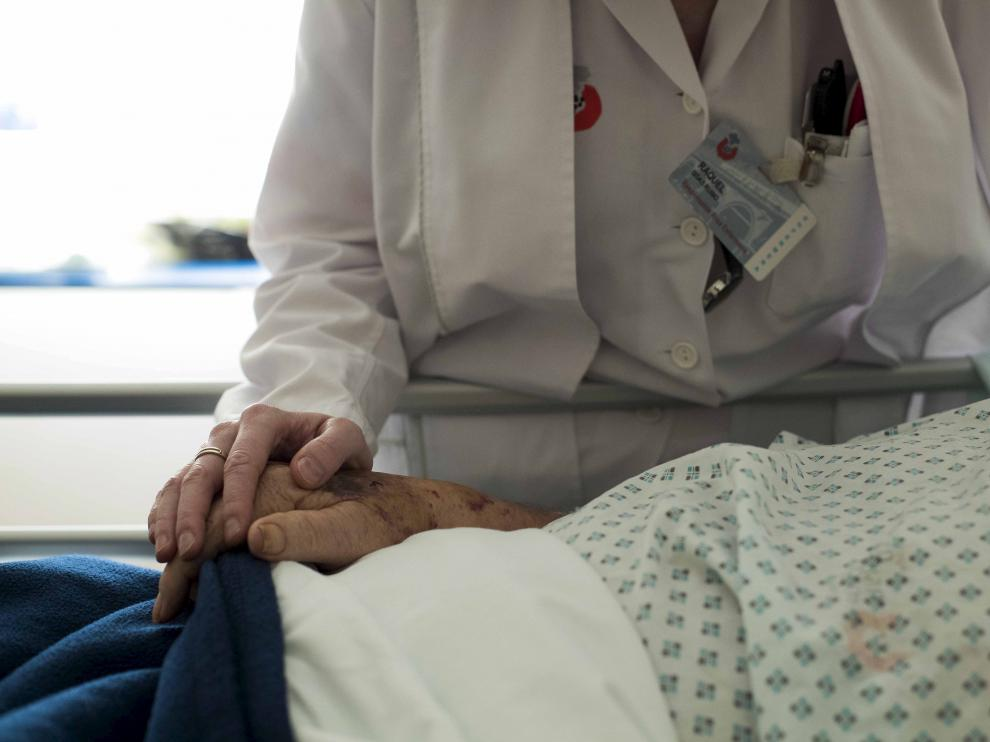 Una persona mayor hospitalizada.