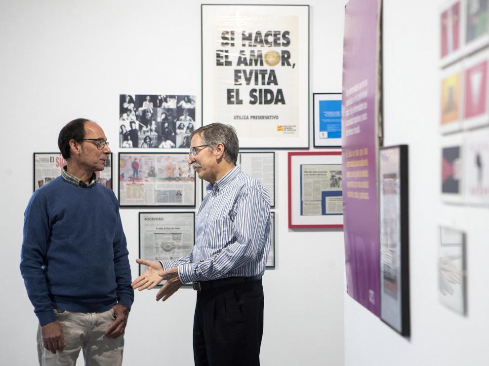 El presidente de Omsida Zaragoza y el jefe de Enfermedades Infecciosas en la exposición