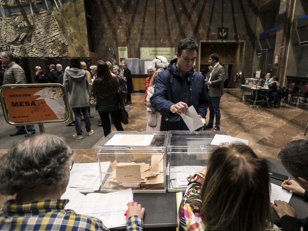 Votaciones del pasado 28-A en el Ayuntamiento de Zaragoza, el colegio electoral más grande de Aragón.