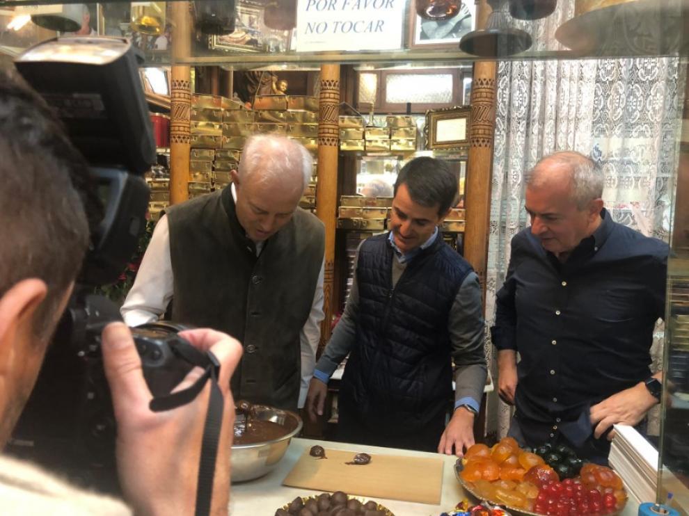Eloy Suárez, Pedro Navarro y Javier Campoy haciendo frutas de Aragón.