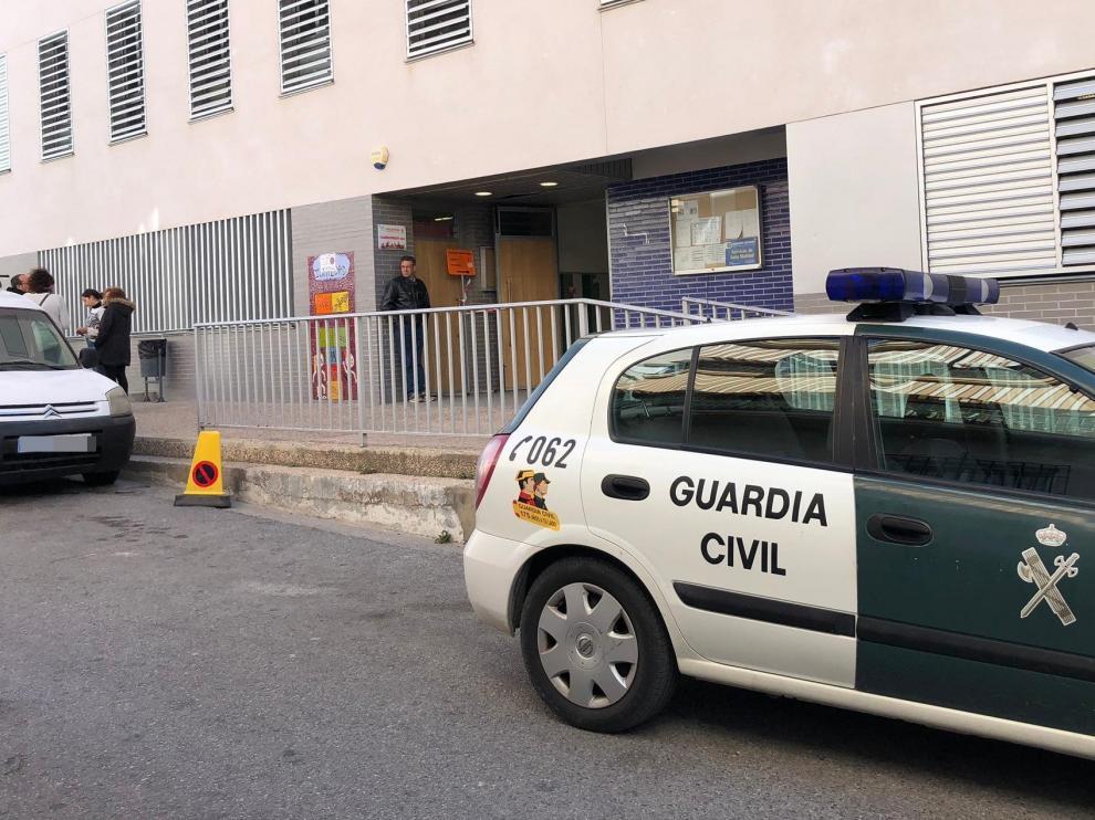Acceso al colegio electoral CEIP Madrigal y Padial de Vélez de Benaudalla (Granada), donde ha muerto este domingo una mujer al ir a ejercer su derecho al voto.