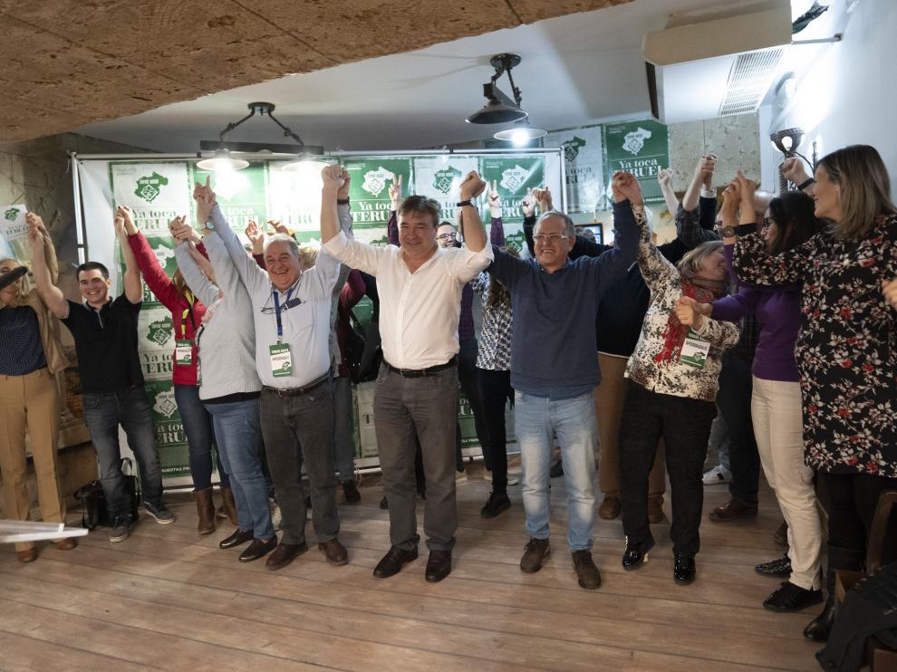 Los miembros de las candidaturas de Teruel Existe y simpatizantes celebran el resultado electoral.