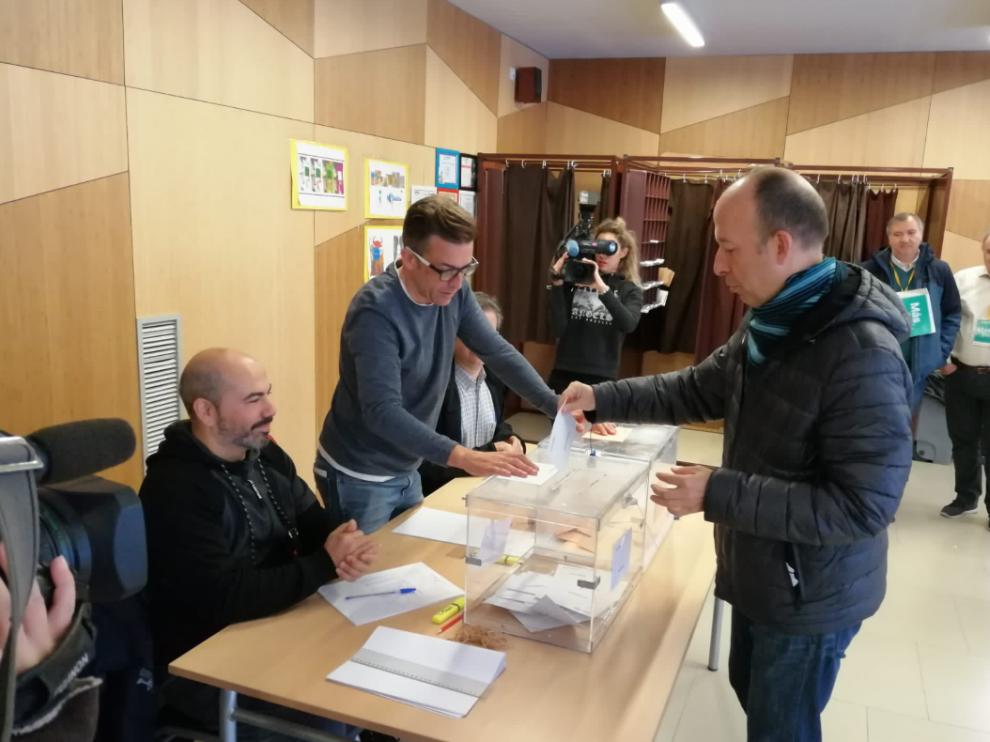 Carmelo Asensio, en el momento de ejercer su derecho al voto esta mañana en Zaragoza.
