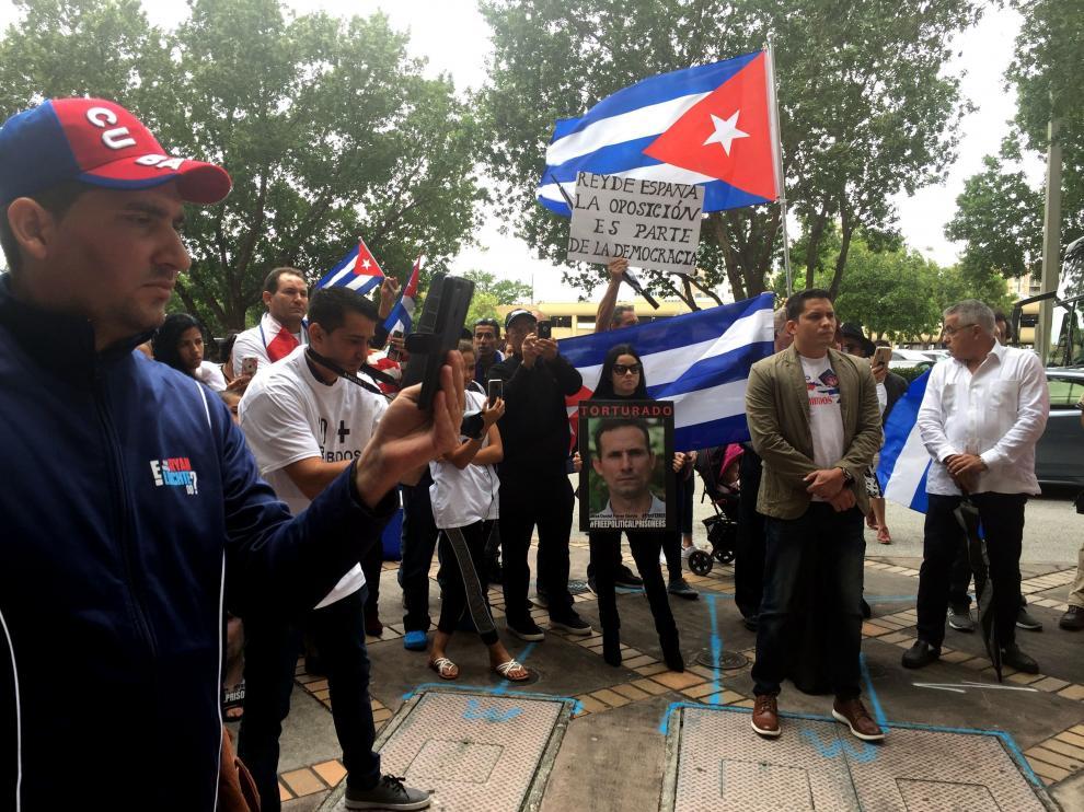Algunos cubanos pidieron ayer desde Miami que los reyes tengan una audiencia con los disidentes.