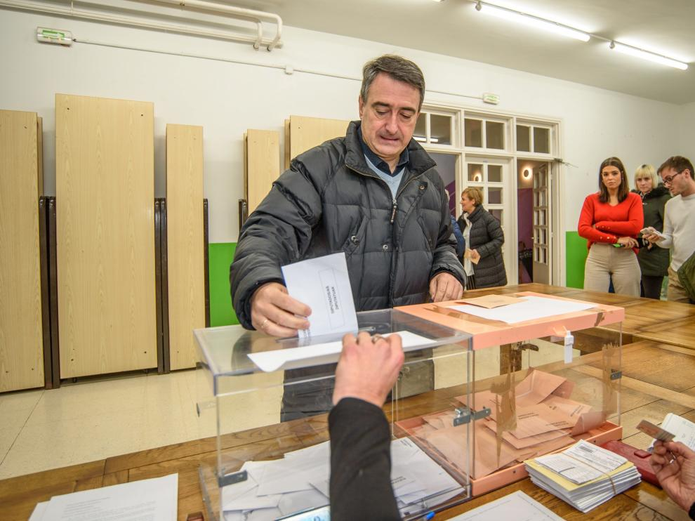El cabeza de lista del PNV al Congreso por Vizcaya, Aitor Esteban, vota en un colegio electoral de la localidad vizcaína de Zeberio.