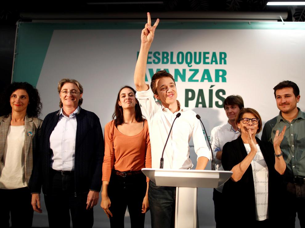 El candidato al Congreso por Más País, Ïñigo Errrejón (en el centro), en su comparecencia para valorar los resultados de las elecciones.