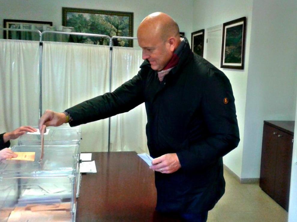 El candidato de Vox al Congreso por Huesca, Pablo Ciprés, ha votado en el Ayuntamiento de Nueno a las 11 de la mañana.