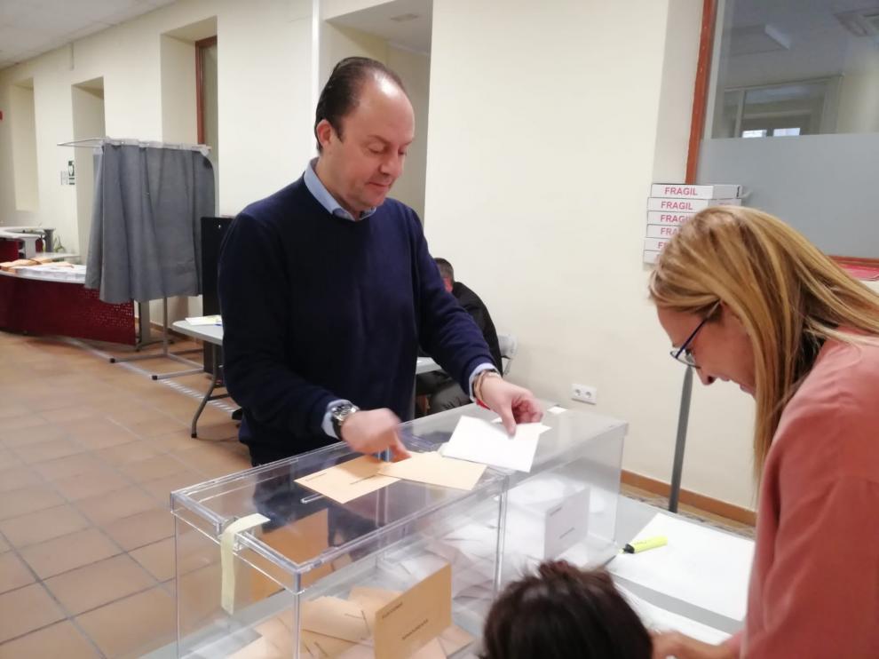 El número 3 del PSOE al Senado por Zaragoza, Víctor Ruiz, ha votado en el colegio electoral de Sancho y Gil en Calatayud