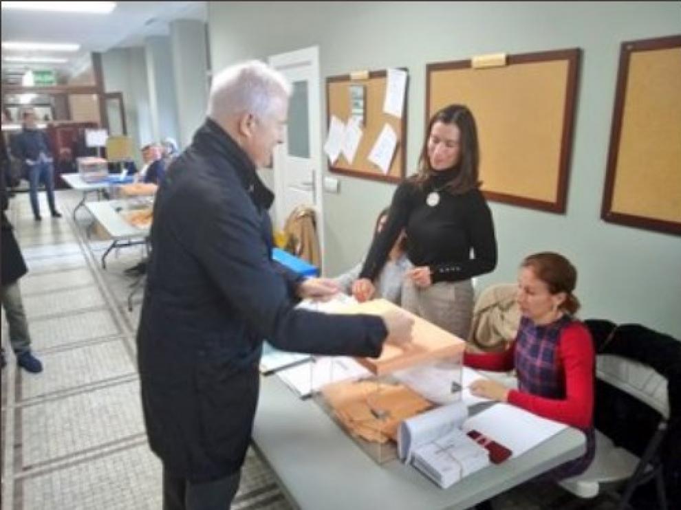Eloy Suárez ejerce su derecho al voto en la Confederación Hidrográfica del Ebro.
