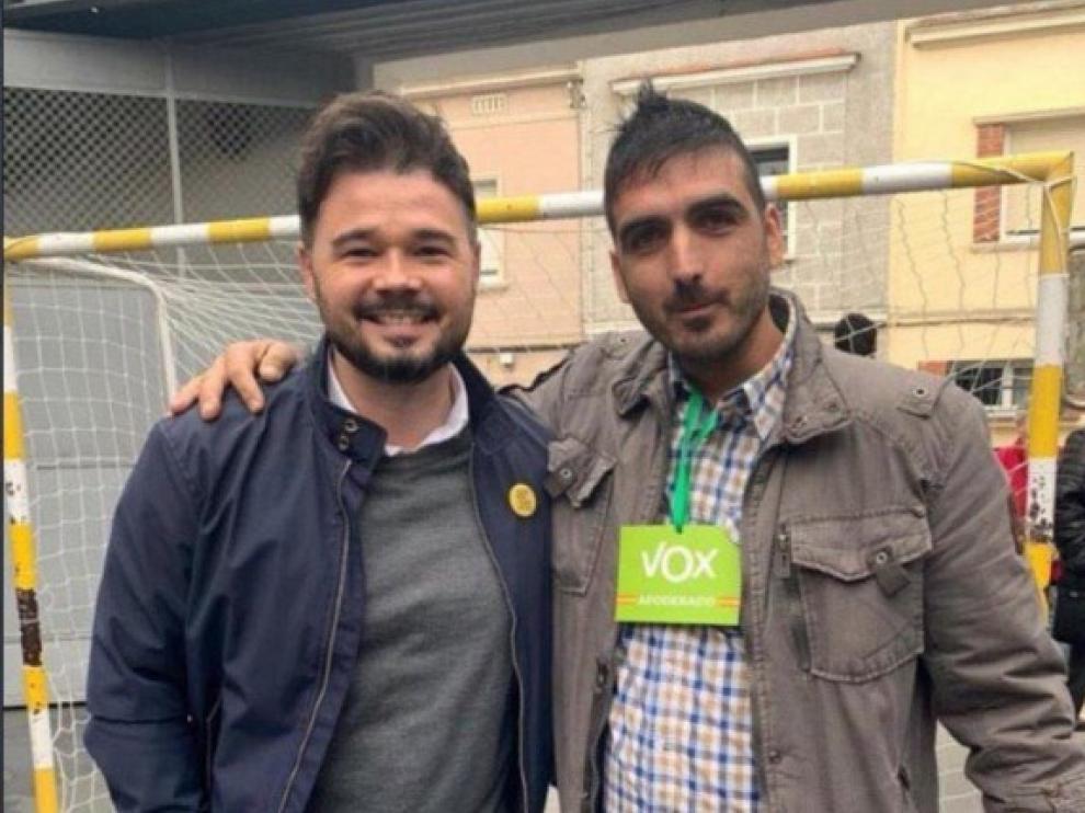 Gabriel Rufián, con un interventor de Vox en un colegio electoral de Sabadell.