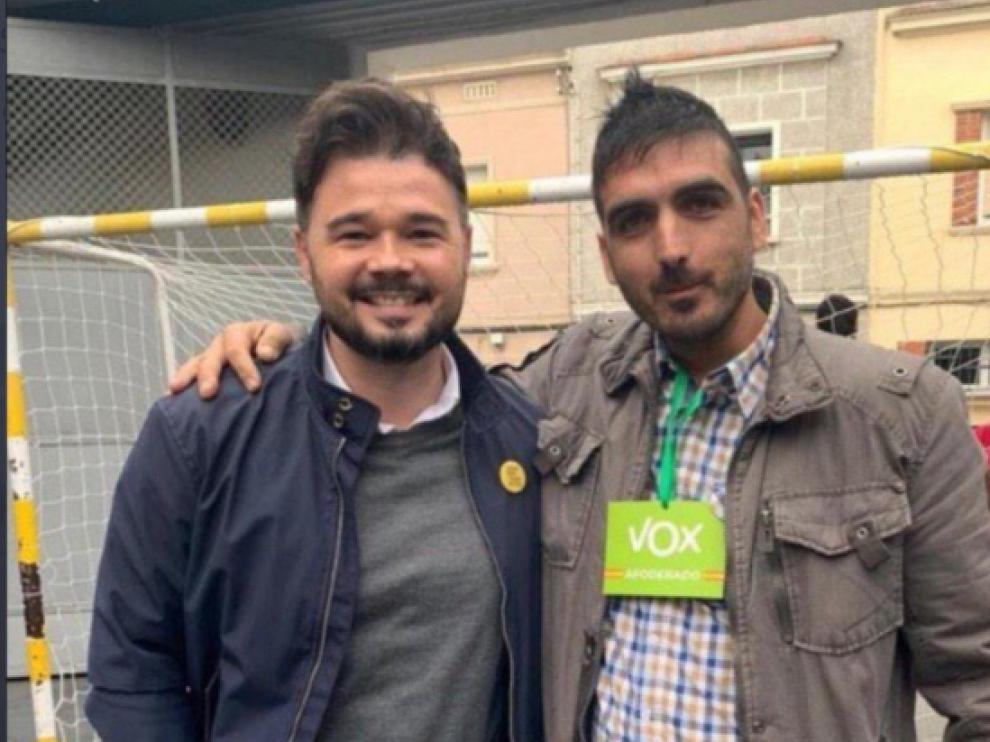 Gabriel Rufián ha encendido las redes sociales tras posar con un apoderado de Vox en su colegio electoral