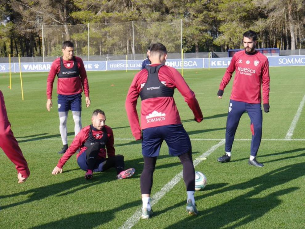 Los suplentes y no convocados ante el Oviedo entrenaron este domingo sobre el césped de El Alcoraz.