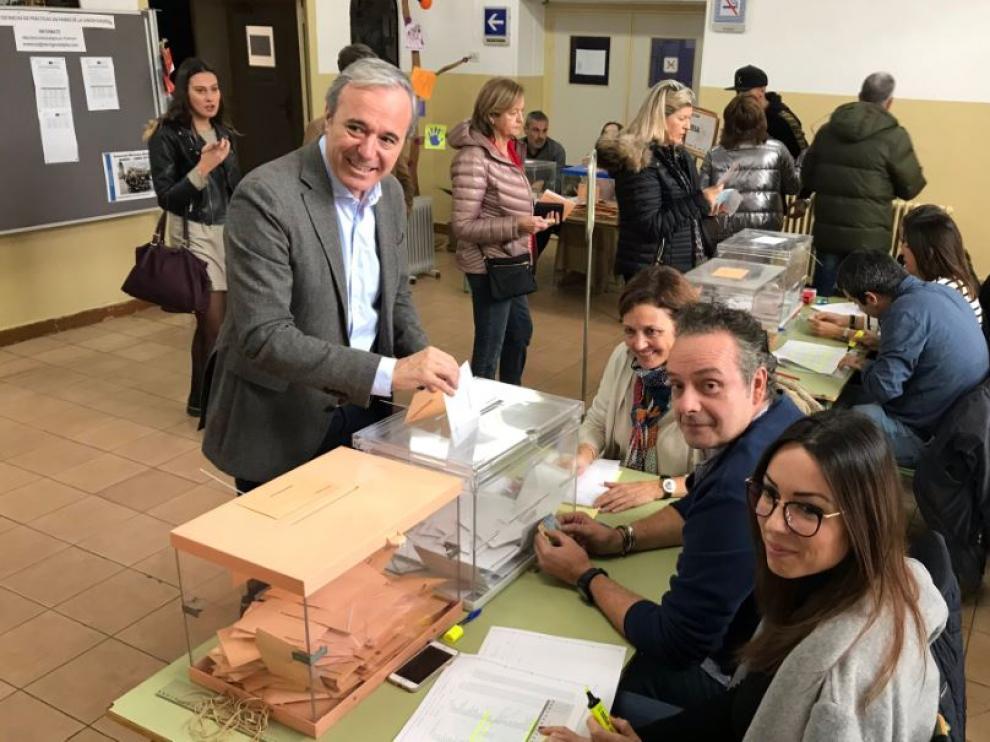 Jorge Azcón ejerce su derecho al voto en la capital aragonesa.