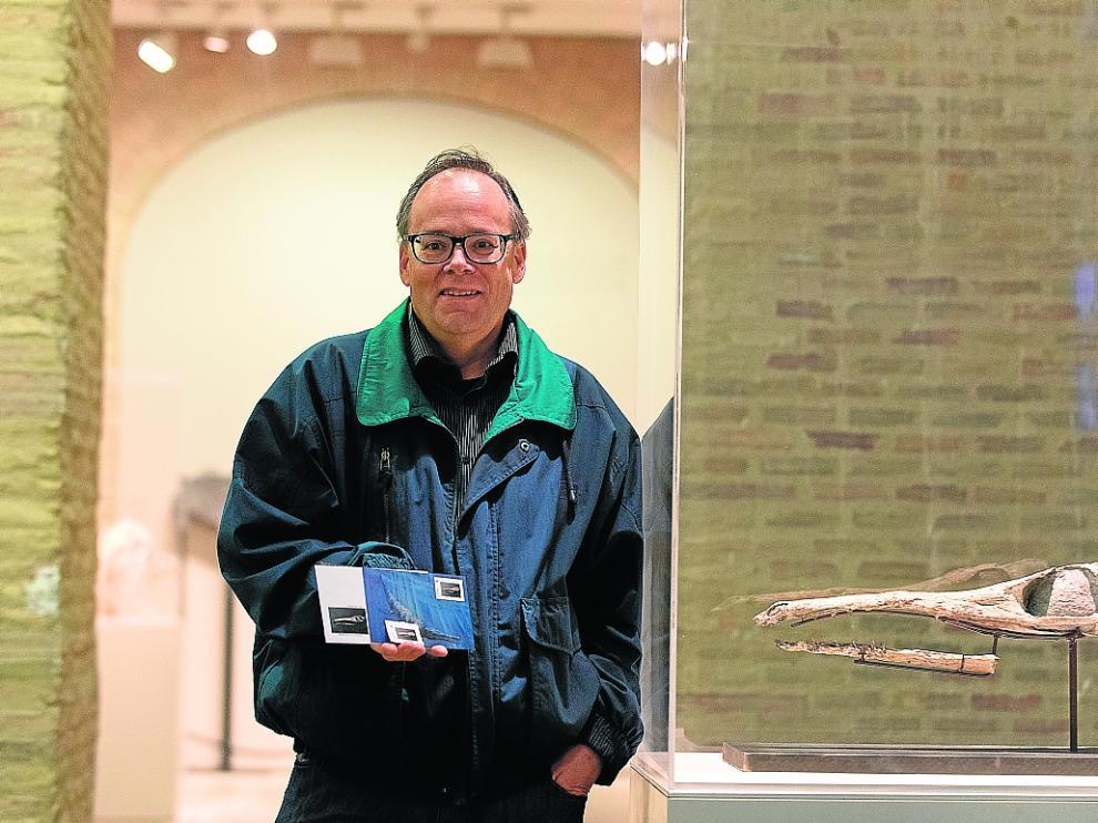 José Manuel Clúa, con los sellos y postales de Ricla al lado del fósil del cocodrilo