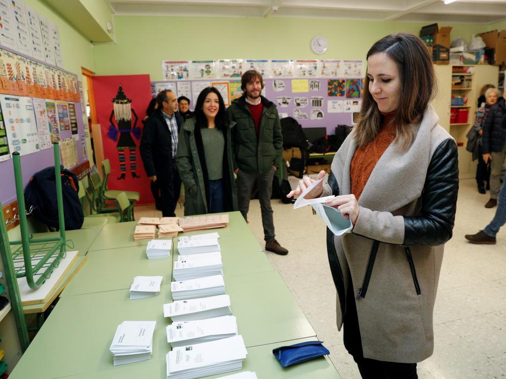 La cabeza de lista al Congreso de los Diputados por Unidas Podemos en Navarra, Ione Belarra, ejerce su derecho al voto en un colegio de Pamplona