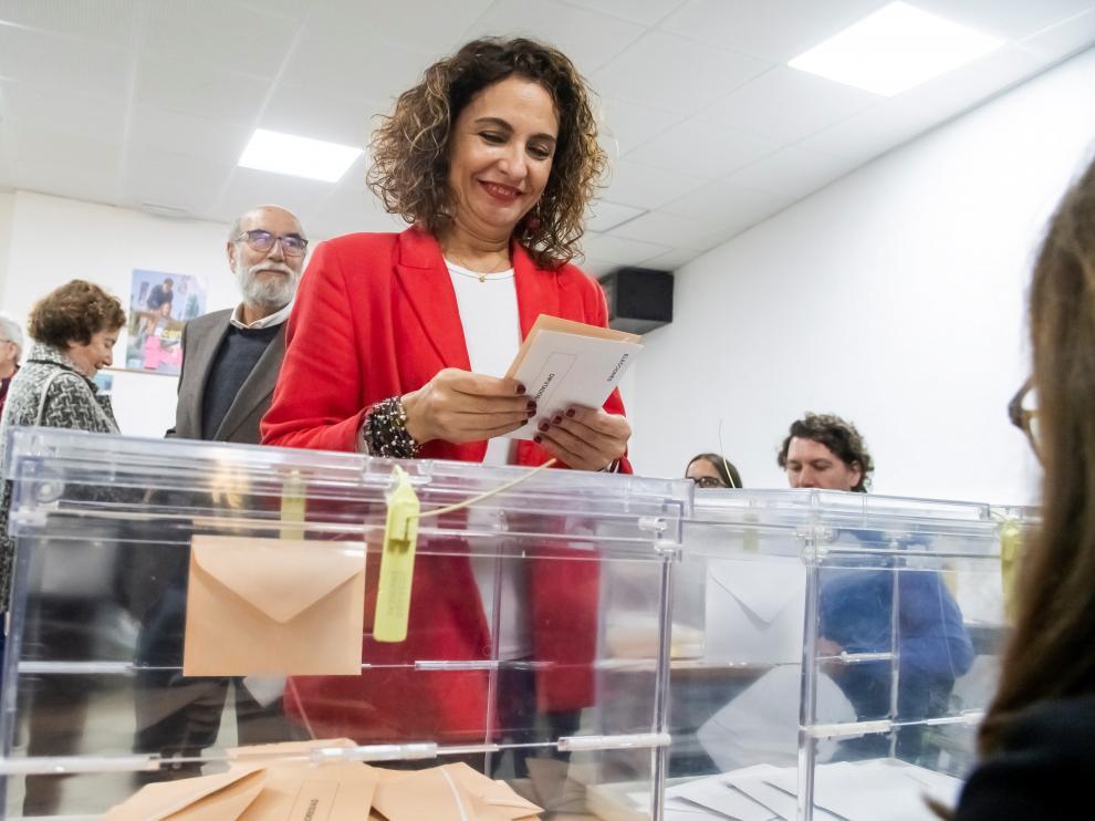 La ministra de Hacienda en funciones y cabeza de lista del PSOE al Congreso por Sevilla, María Jesús Montero, ejerce su derecho al voto