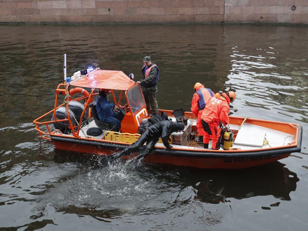 Los equipos de rescate trabajan en el río Moika de San Petersburgo a la búsqueda de pruebas.