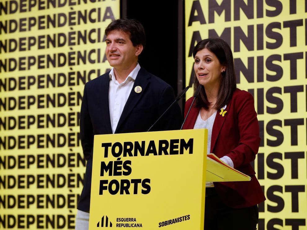 Los portavoces de ERC, Marta Vilallta y Sergi Sabrià, atienden a los medios de comunicación en la noche electoral.
