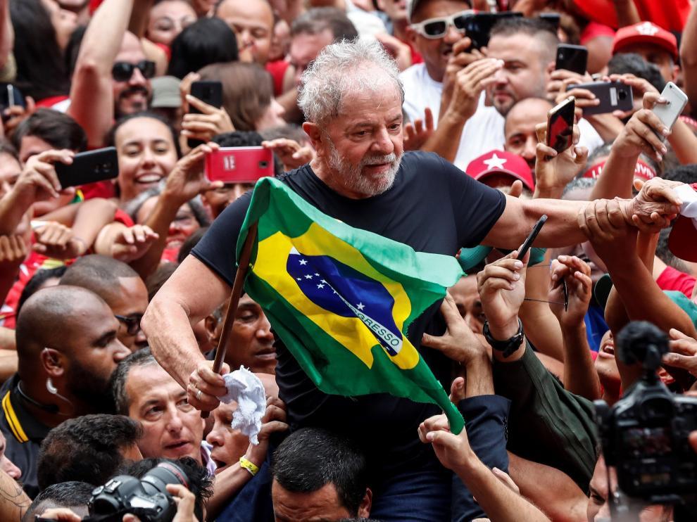 Seguidores de Lula jalean al expresidente en su primer día en libertad tras cumplir condena.
