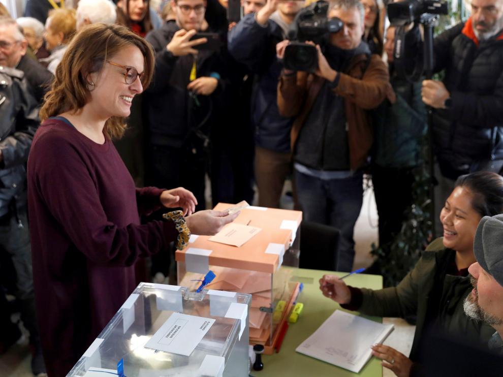 Mireia Vehí (CUP) ejerce su derecho al voto.