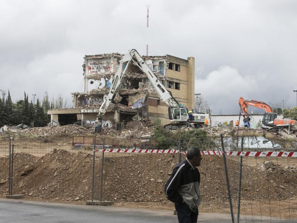 Un vecino observa el transcurso de los trabajos de demolición del antiguo colegio Lestonnac.