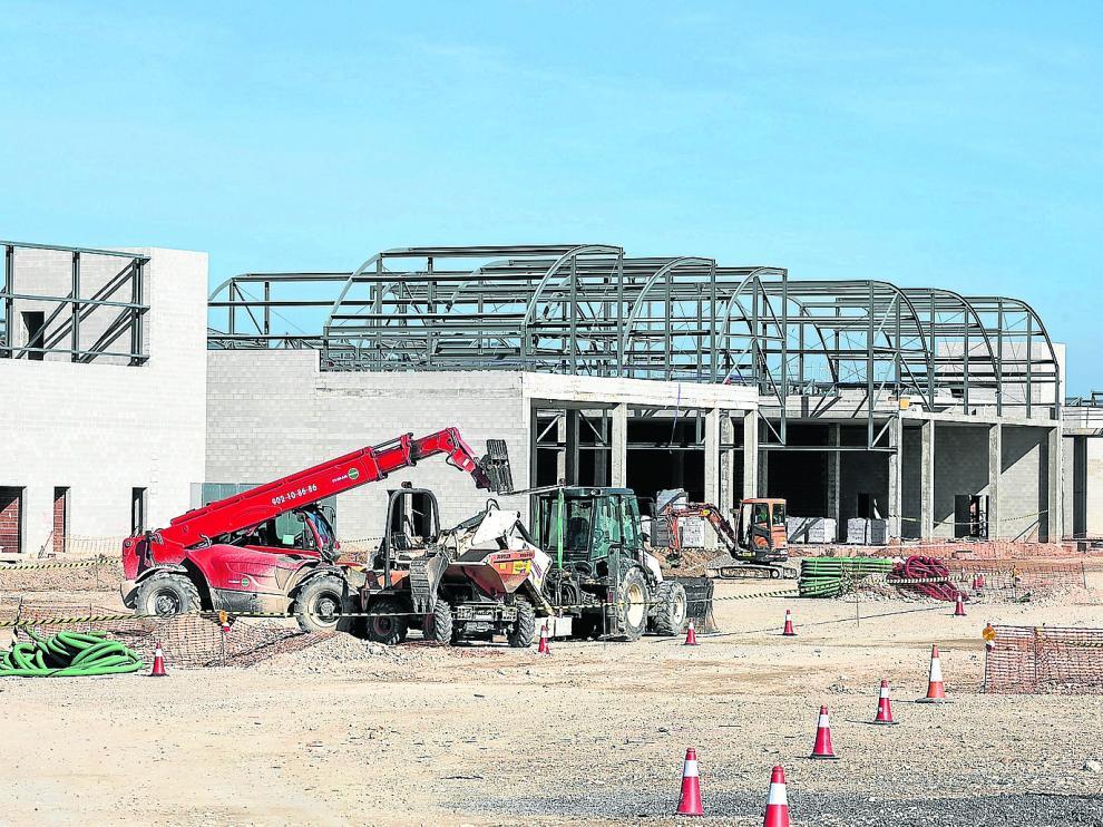 Obras de construcción del centro comercial Torre Village en los terrenos de la antigua fábrica de Pikolin.