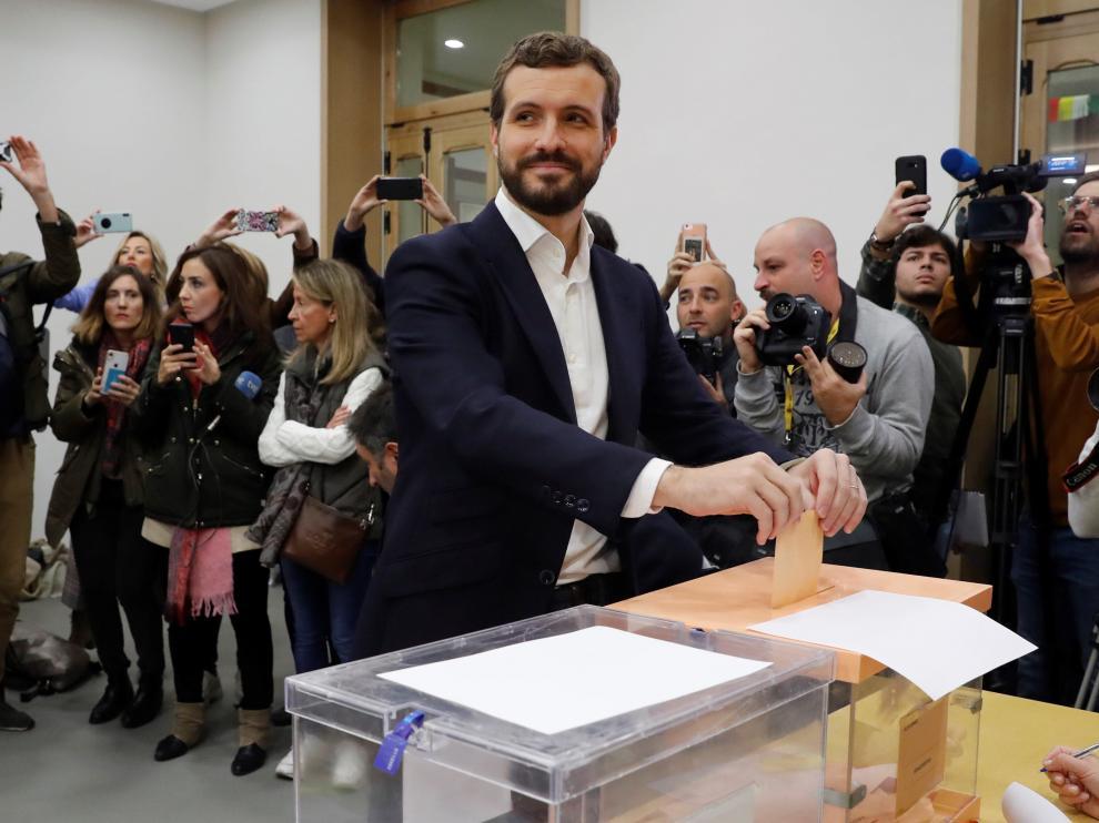 El líder del Partido Popular, Pablo Casado, ejerce su derecho al voto.