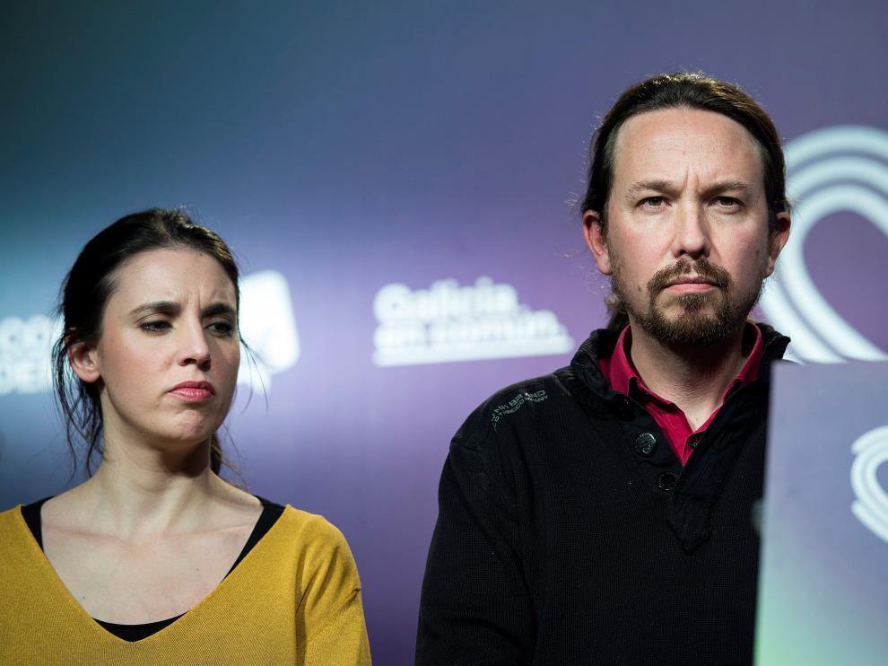 Pablo Iglesias con Irene Montero tras conocer los resultados electorales.