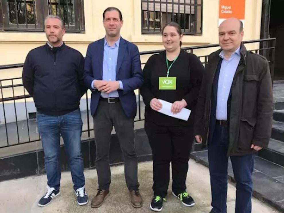 Pedro Fernández (segundo por la izquierda), en un colegio electoral de Zaragoza.