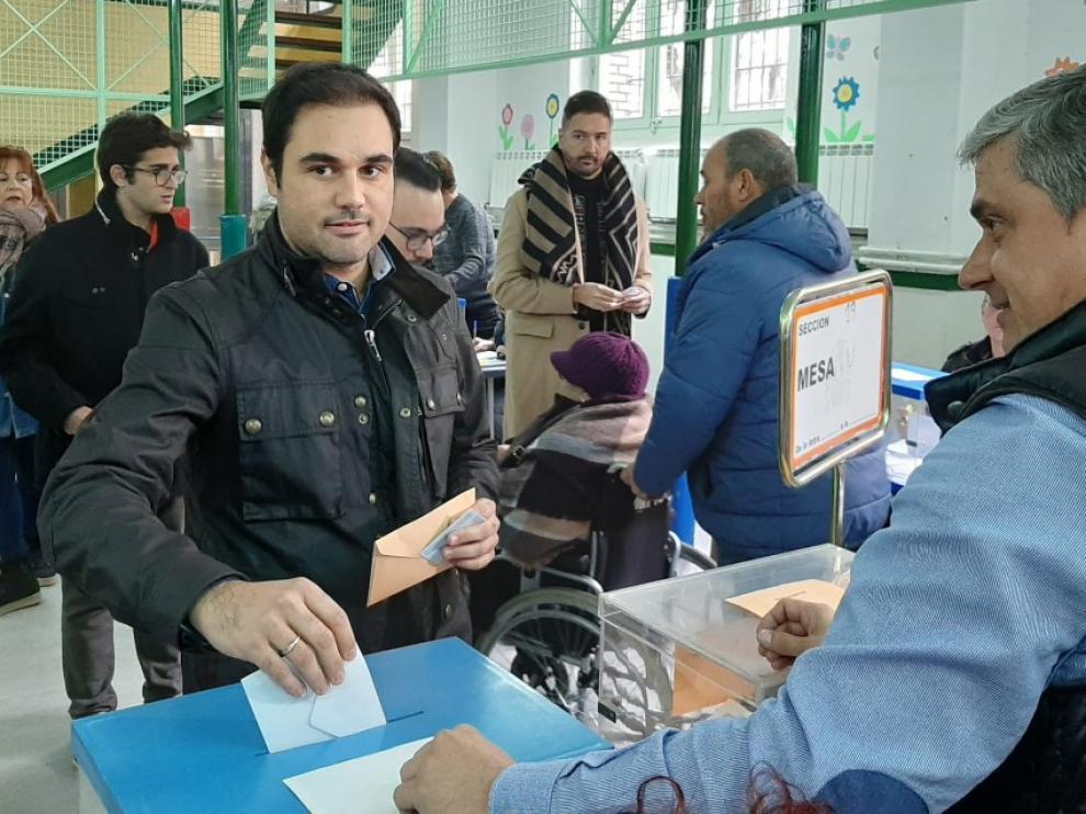 Rodrigo Gómez vota en el colegio de los Escolapios.