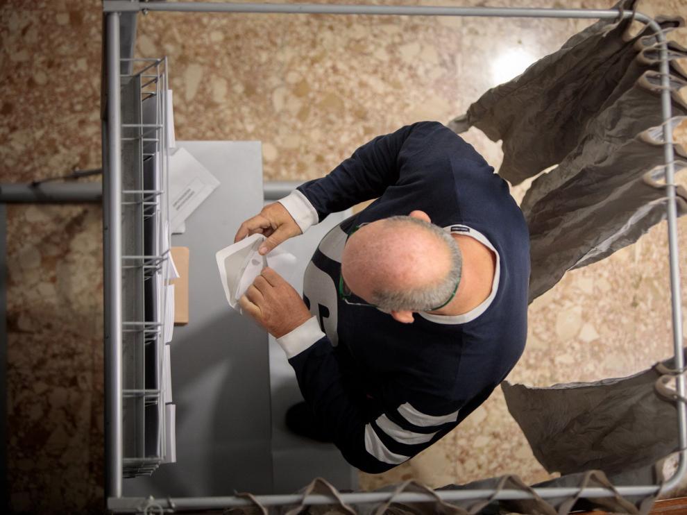 Un votante en un colegio electoral de Valencia