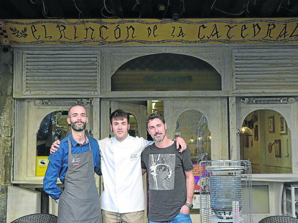 Borja Saavedra, Alejandro Enériz y Luca Chirizzi posan ante el restaurante.
