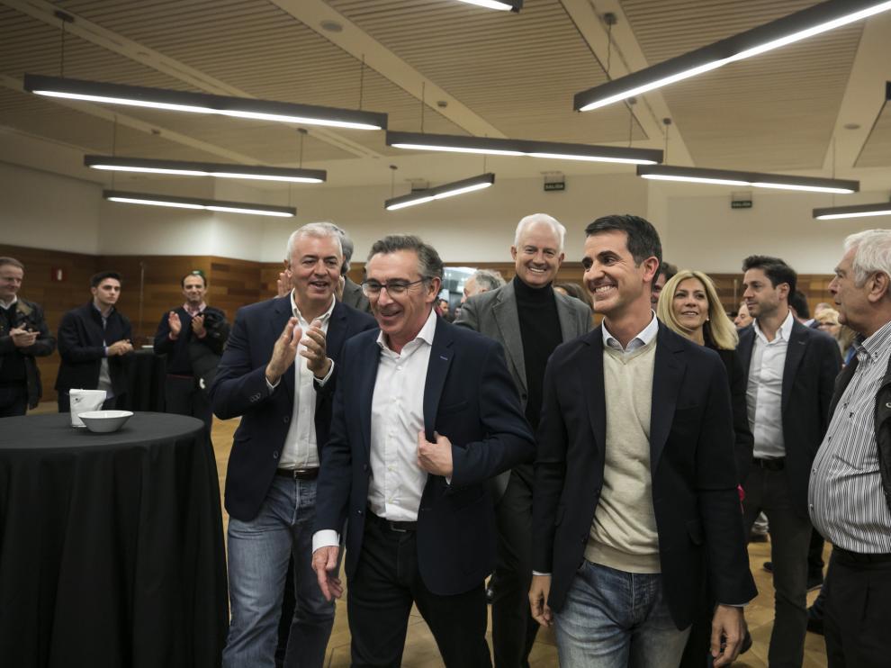 Beamonte junto a los candidatos Eloy Suárez y Pedro Navarro, este domingo, en el hotel zaragozano donde el PP-Arahón ha seguido los resultados del 10-N.