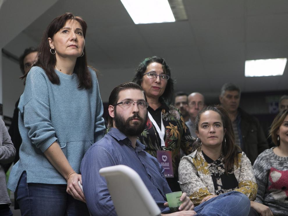 La candidata de Unidas Podemos al Senado, Yolanda Sancho (de pie, a la izquierda), con otros compañeros del partido cuando han escuchado a su líder Pablo Iglesias.
