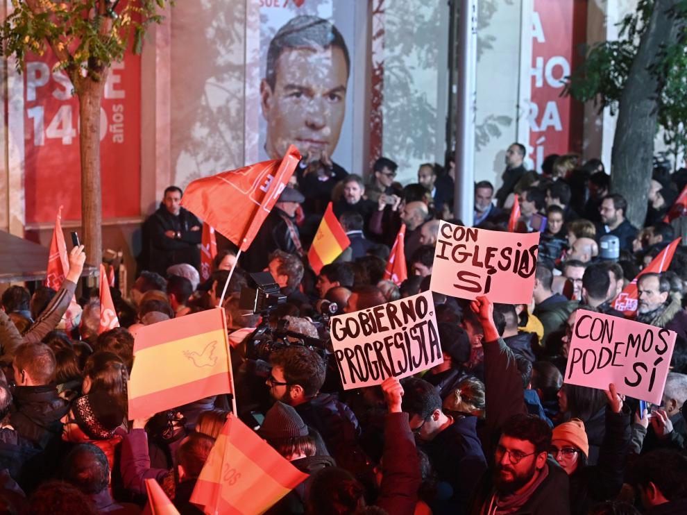 Simpatizantes socialistas celebran los resultados en la elecciones generales celebradas hoy Domingo, en los exteriores del PSOE en Madrid.