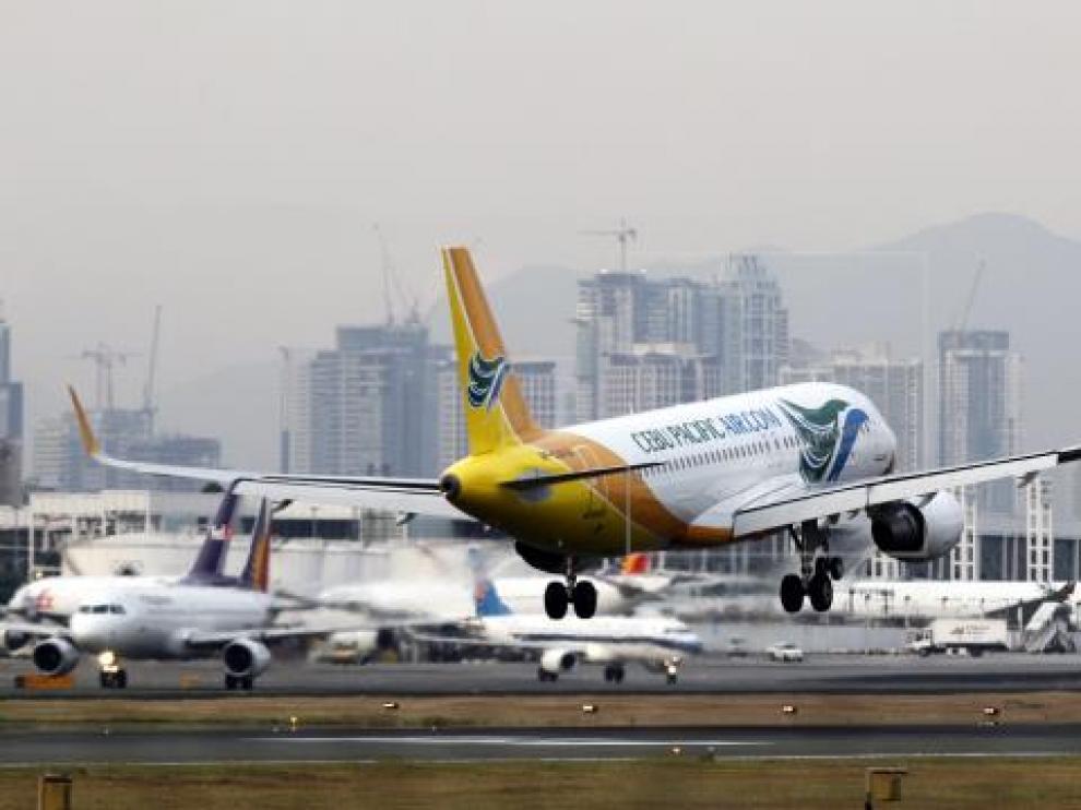 Un avión despega del Aeropuerto de Manila.