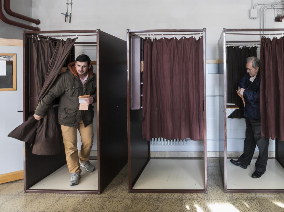 Uno de los colegios electorales de Zaragoza, durante las votaciones.