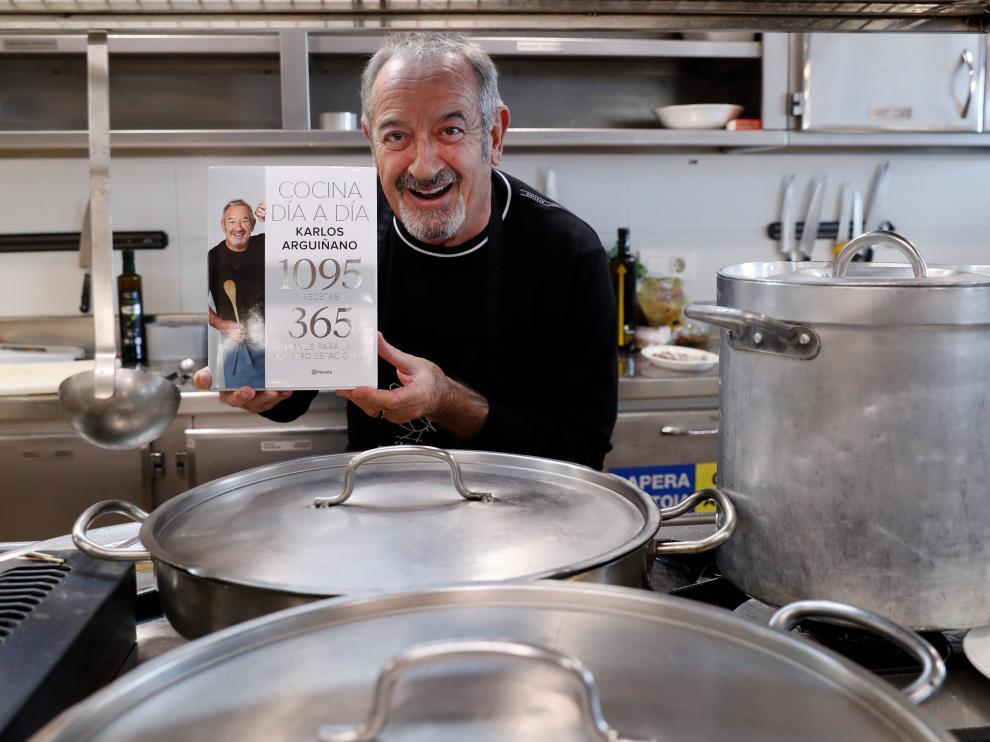 El popular chef Karlos Arguiñano acaba de presentar su último libro 'Cocina día a día', que contiene 1.095 recetas.