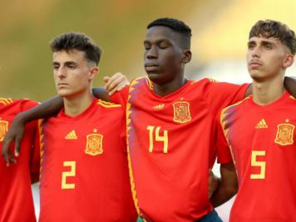 Alejandro Francés, con el dorsal 2, en el partido de la selección española sub 17 contra Tayikistán en el que fue titular.
