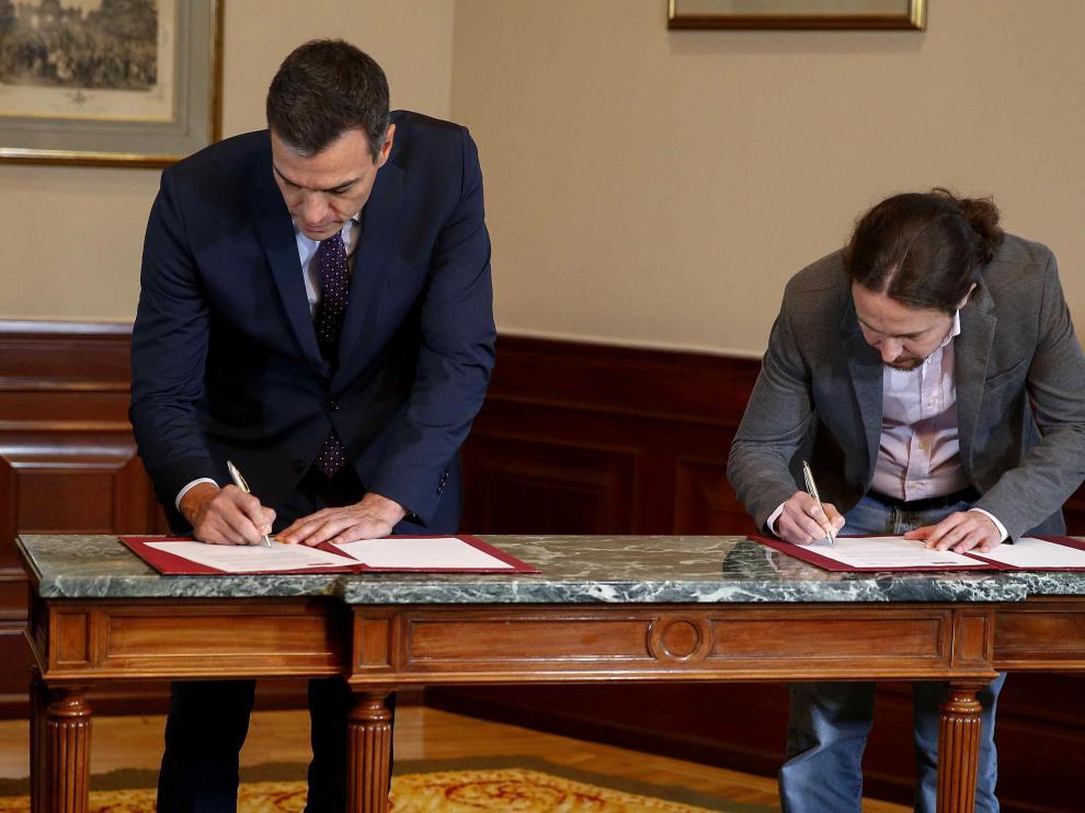 Pedro Sánchez y Pablo Iglesias, este martes, durante la firma del acuerdo.