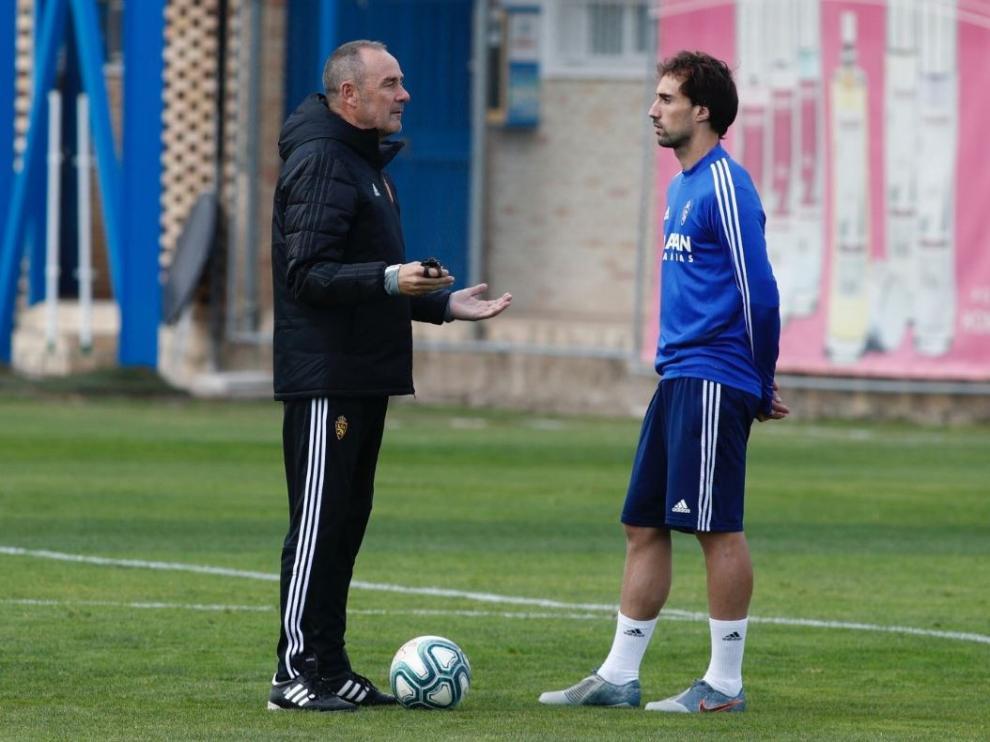 Víctor Fernández e Íñigo Eguaras, este martes durante la charla mantenida entre ambos en el césped del campo de entrenamientos del Real Zaragoza.