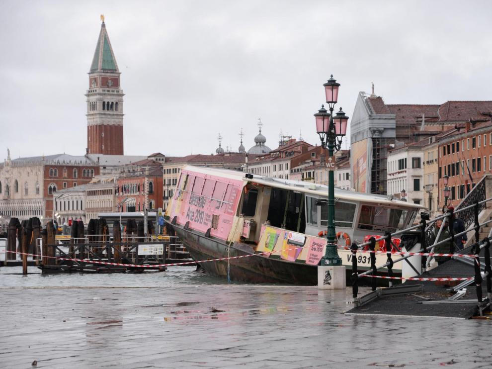 Venice (Italy), 13/11/2019.- A view of a boat stranded on the docks following bad weather in Venice, northern Italy, 13 November 2019. A wave of bad weather has hit much of Italy on 12 November. Levels of 100-120cm above sea level are fairly common in the lagoon city and Venice is well-equipped to cope with its rafts of pontoon walkways. (Italia, Niza, Venecia) EFE/EPA/ANDREA MEROLA Flooding in Venice