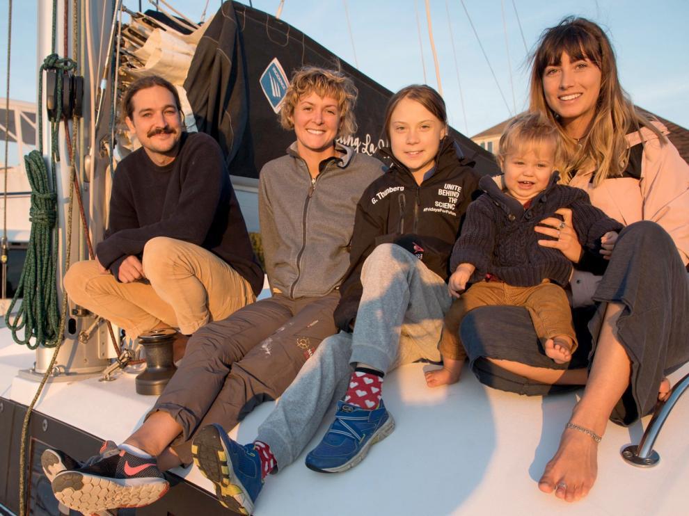 Greta Thunberg posa sobre la cubierta del catamarán La Vagabonde que la traerá a España