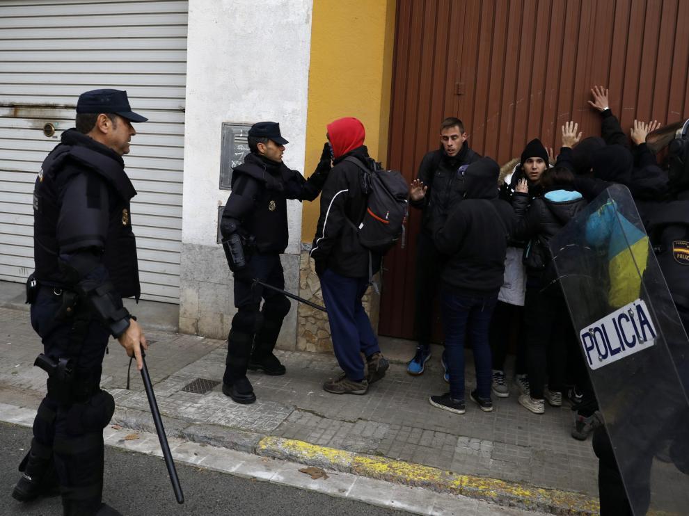 Police officers identify members of Catalan protest group Democratic Tsunami in Salt, near Girona, Spain November 13, 2019. REUTERS/Rafael Marchante [[[REUTERS VOCENTO]]] SPAIN-POLITICS/CATALONIA